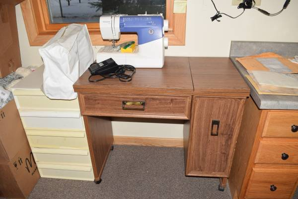 Photo PRICE REDUCED HuskyStar Sewing Machine with Sewing Desk and Drawers - $70 (Shelby)
