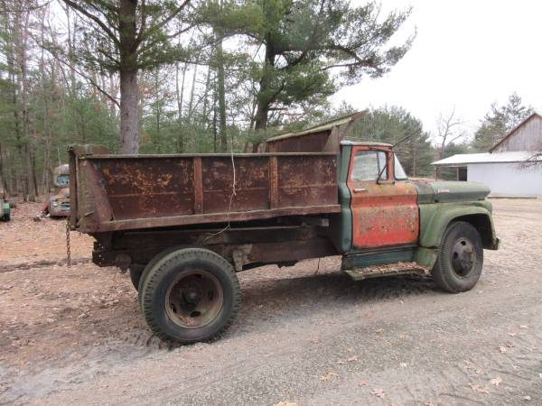 Photo Vintage Truck Parts Ford, Chevy, IH (Free Soil)