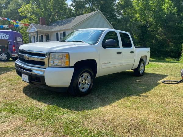 Photo 2011 CHEVY SILVERADO 1500 CREW CAB, LT, 4X4, SHORT BED - $14,995