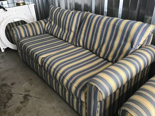 Photo GENTLY USED BLUE STRIPED QUEEN SLEEPER SOFA WITH MATCHING LOVESEAT - $275 (Little river)