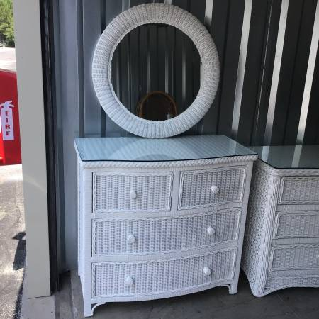 Photo NICE FOUR DRAWER WHITE WICKER CHEST WITH MATCHING ROUND WALL MIRROR - $199 (Little river)