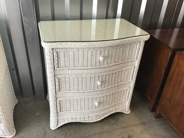 Photo NICE WHITE WICKER THREE DRAWER CHEST WITH MATCHING WALL MIRROR - $185 (Little river)