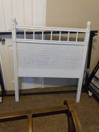 Photo Twin wicker white head board with frame - $20 (Conway)