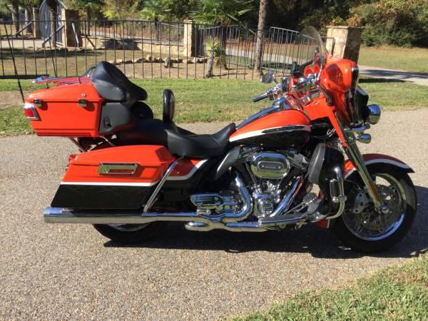 Photo Harley Davidson 2012 CVO Ultra - $17,500 (Henderson)