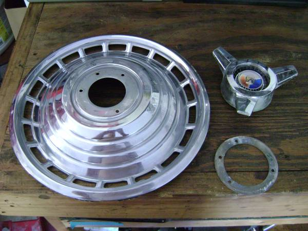 Photo 1963 Ford Galaxie 14in Deluxe Spinner hubcap wheel cover OEM ORIGINAL - $15 (Murfreesboro, TN)