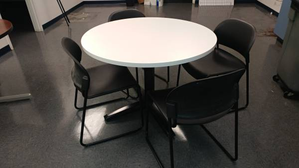 Photo BREAK ROOM TABLE PURE WHITE BLACK BASE  4 CHAIRS - $100 (Nashville)