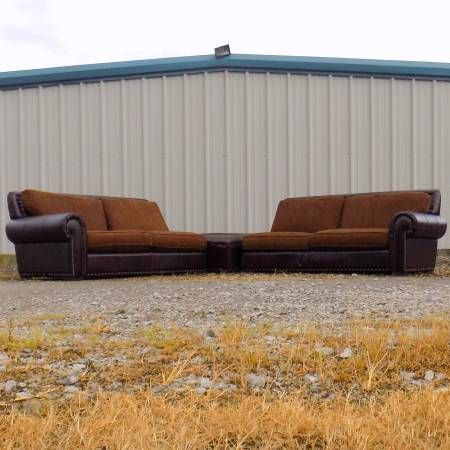 Photo CINDY CRAWFORD Home Nail Head  Dark Red Leather Sectional Couch - $275 (Lewisburg)