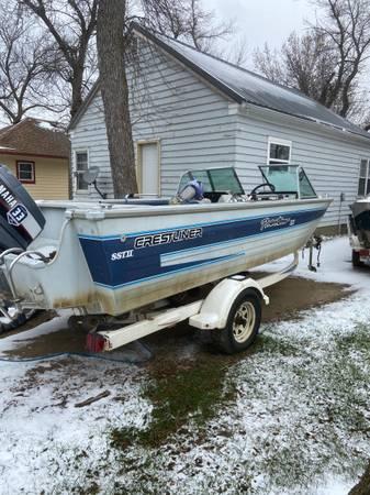 Photo Crestliner boat - $4,000