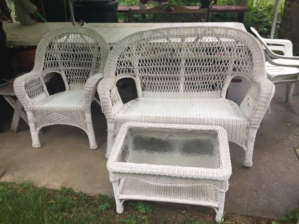 Photo Patio furniture White Wicker set - $30 (Seymour)