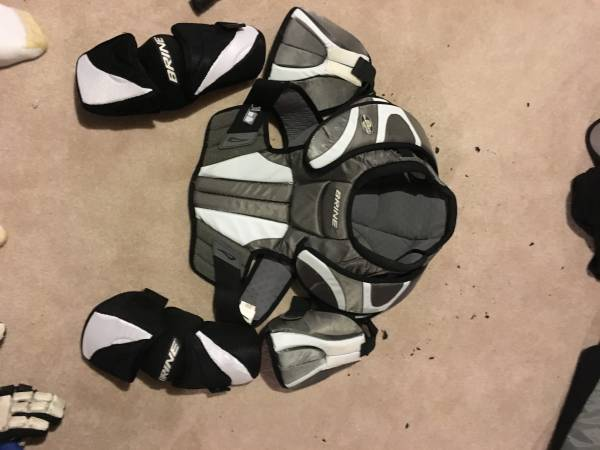 Photo lacrosse shoulder  elbow pads - $30 (NEWTOWN)