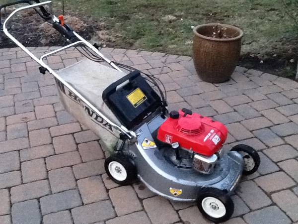 Photo Honda HR 215 Self Propelled Lawn Mower - $170 (Somerville)