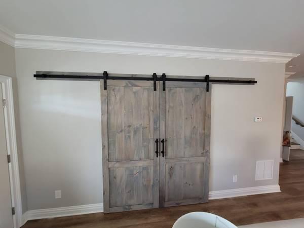 Photo Sliding barn doors decorative hollow wood ceiling beams (Pine Brook)