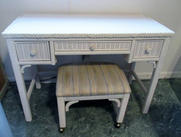 Photo Vintage Wicker VanityDesk By Henry Link wGlass Top and bench - $150 (Lake Hopatcong)