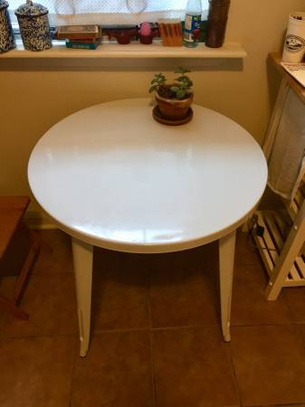 Photo Round white metal table - $80 (Bywater)