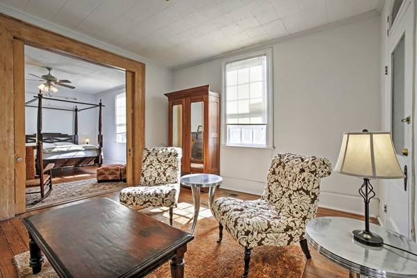 Photo Cottage with a private entrance behind  (New Orleans)