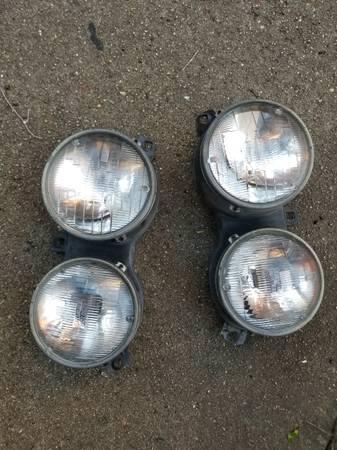 Photo 84-91 2 OEM BMW e30 3series 318i m3 325i headlights HEADLIGHT - $50 (baldwin ny)