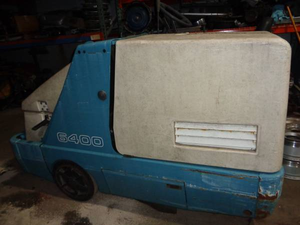 Photo TENNANT 6400 LOT SWEEPER GAS POWERED (NEEDS ENGINE) FIX OR FOR PARTS - $300 (HOLBROOK)