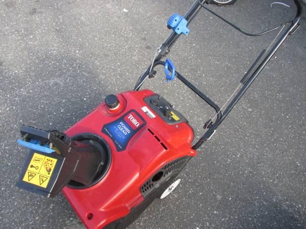 Photo Toro Snow blower, electric start,gas 4 stroke engine - $199 (Patchogue)