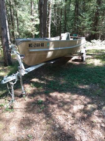 Photo 16 foot fiberglass  aluminum boat 5 HP motor and trailer - $900 (Mikado Michigan)
