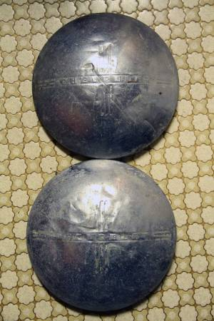 Photo ANTIQUE 40-50s CHEVY DOG DISH HUBCAPS - $30 (GAYLORD)