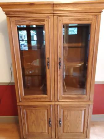 Photo Lighted, HutchCabinet with Beveled Glass Doors and glass shelves - $75 (Central Neighborhood)
