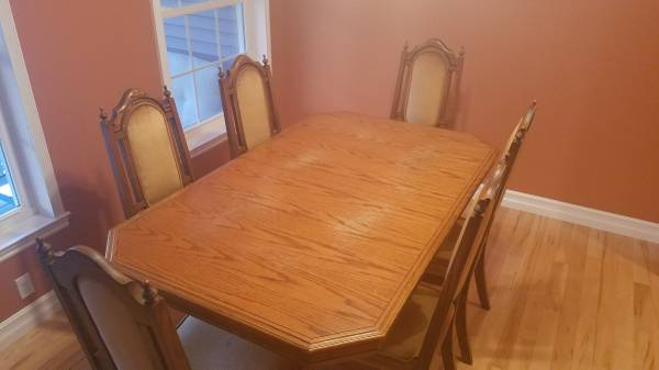 Photo Solid Oak Dining Room Table Set with 6 chairs - $160 (Kingsley)