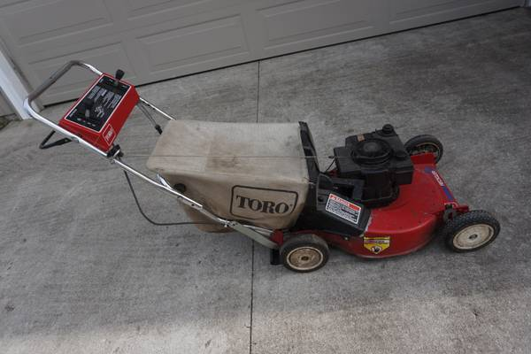 Photo Toro Recycler Self-Propelled Gas Lawn Mower with Grass Catcher - $120 (WILLIAMSBURG)