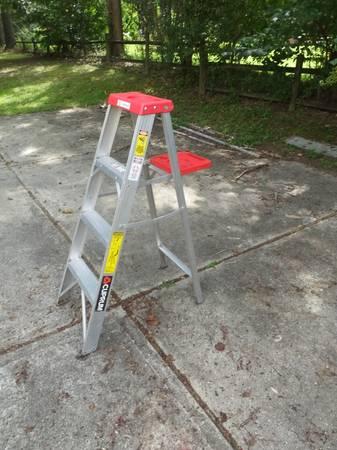 Photo Aluminum Step Ladder - 4 Foot - $12 (Smithfield VA)