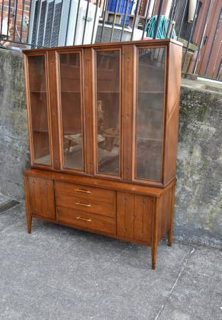 Photo Mid Century Modern Broyhill Saga China Cabinet - buffet - credenza - $750 (Hton)