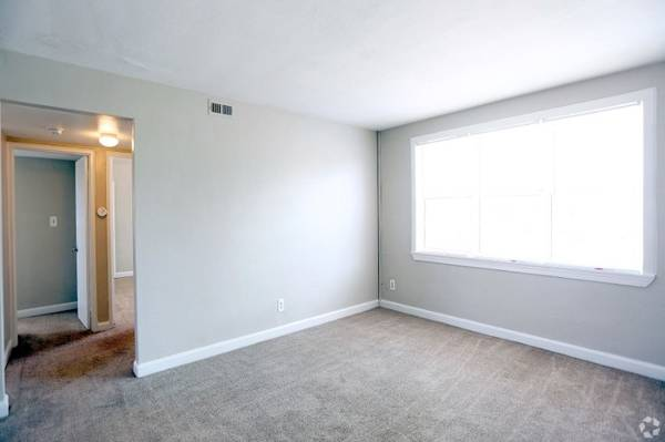 Photo Mini blinds throughout, Large separate dining rooms, Pet Friendly (Wards CornerNaval Station Norfolk)