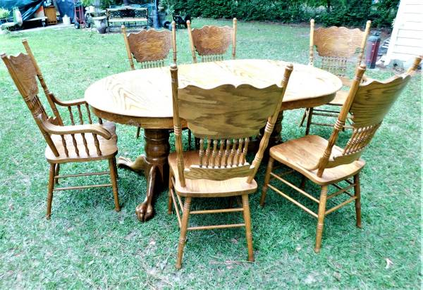 Photo Oak Dining Table and 6 Press back Chairs - $200 (CHESAPEAKE)