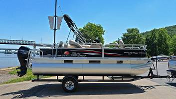 Photo Super clean inside and out.2016 Sun Tracker Bass Buggy Boat - $10000 (virginia beach)