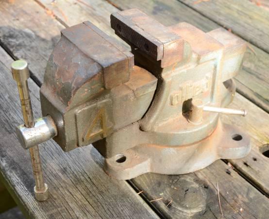 Photo Bench Vise 4quot Jaw Allied Swivel - $50 (Arbor Vitae)