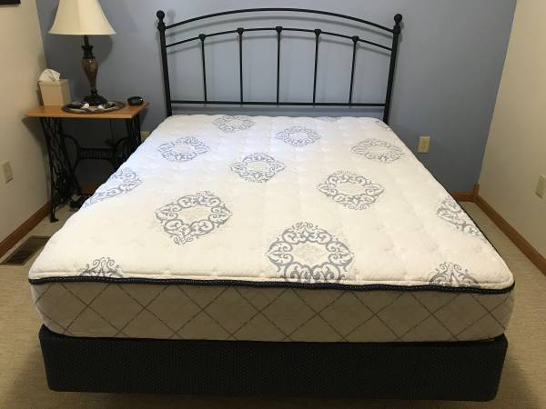 Photo Queen-Size Bed, Box Spring  Mattress - $300 (Stone Lake)
