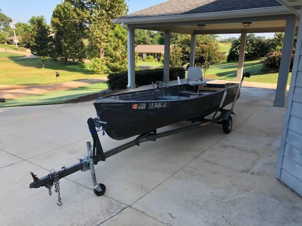 Photo 14 foot aluminum boat and trailer - $500 (Tupelo, Mississippi)