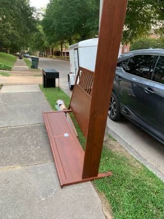 Photo FREE ikea desk and KING sized hemnes bed (Midtown)