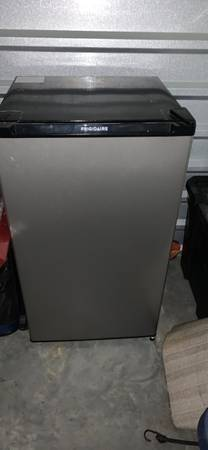 Photo Frigidaire mini fridge in excellent condition - $100 (Starkville)