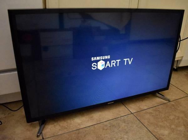 Photo Like new 32quot Samsung LED Smart HDTV - $200 (Memphis)