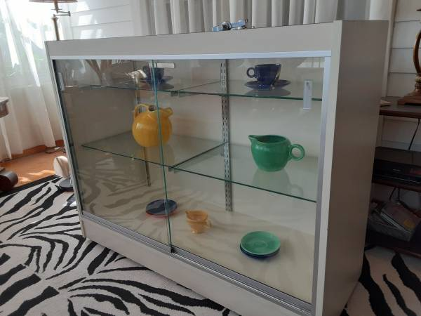 Photo glass front formica display case - $100 (Havelock)