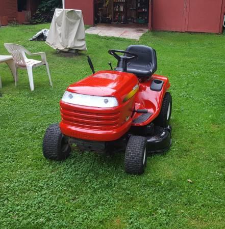 Photo Craftsman lawn tractor 2 cylinder - $650 (Thomaston)