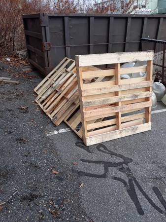 Photo FREE WOOD PALLETS (West Springfield)