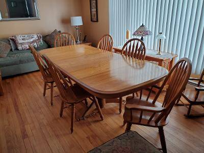 Photo Oak Dining Room Table and Chairs - $900 (Wethersfield)