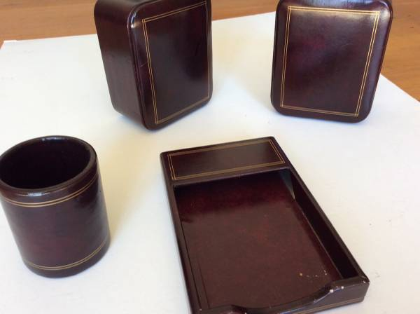 Photo Scully  Scully leather desk set and book ends - $40 (Roxbury)