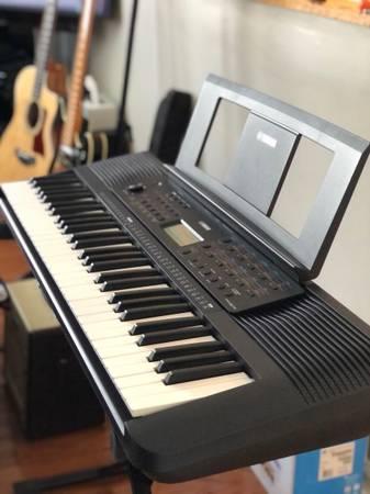 Photo Yamaha PSR-E273 61-Key Keyboard with stand  power supply - $135 (Torrington)