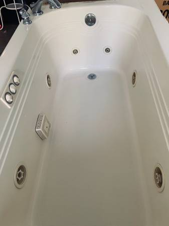 Photo Jacuzzi tub with Moen faucet. - $150 (Silver Creek)