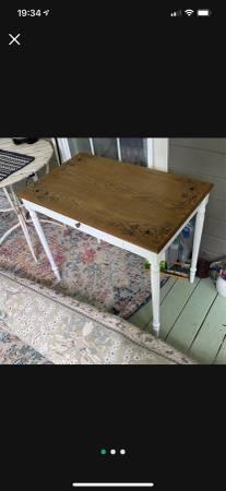 Photo White desk - $50 (Trion)