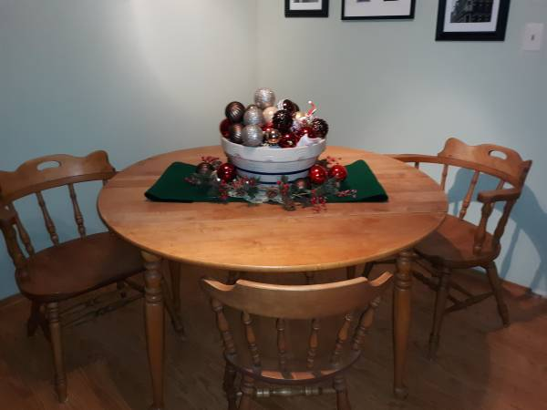 Photo Oak dining table w 4 matching chairs - $250 (Witchita)