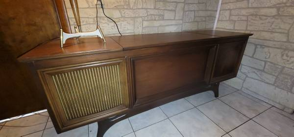 Photo Refinished MCM Console Stereo w Klipsch speakers, remote, bluetooth - $2,500 (bluff city)