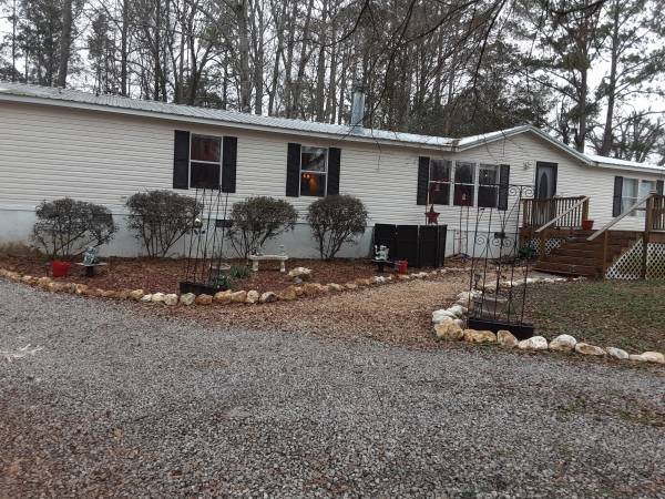Photo 3 bedroom w 2.5 bath on 2.8 acreas (Talladega)