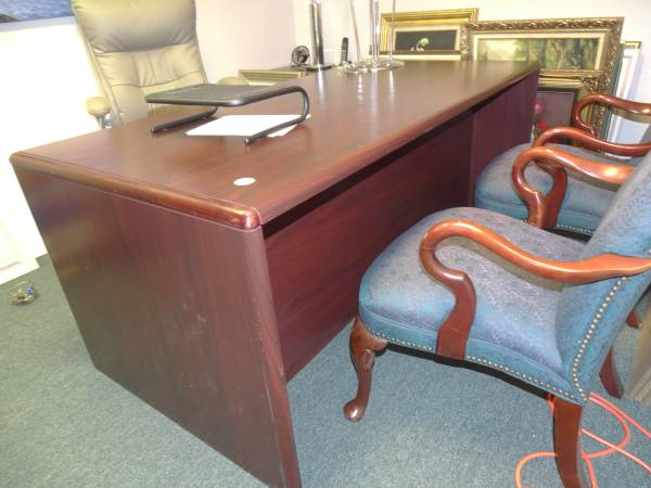 Photo Cherrywood Executive Desk and Credenza Set With Leather Chair - $550 (Ocala)